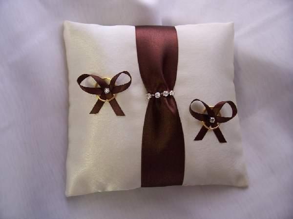 esküvői gyűrűpárna csoki-krém
