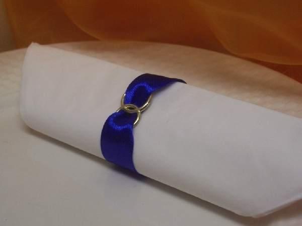 szatén szalvétagyűrű gyűrűpárral. királykék