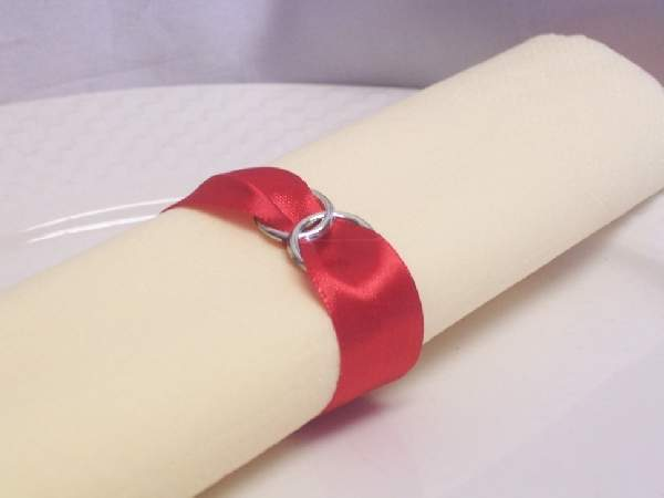 szatén szalvétagyűrű gyűrűpárral. piros