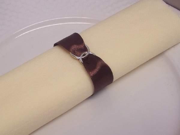 szatén szalvétagyűrű gyűrűpárral. barna