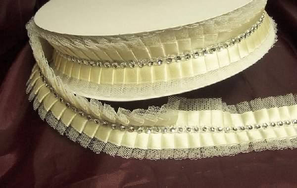 szatén szalag tüll széllel és strasszal (4 cm * 10 m)-ekrü-ezüst