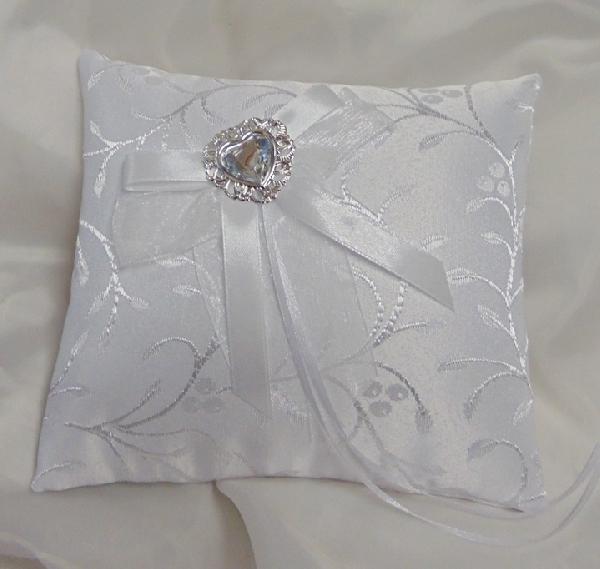 esküvői gyűrűpárna, fehér, hímzett brokát  ezüst pillangóval