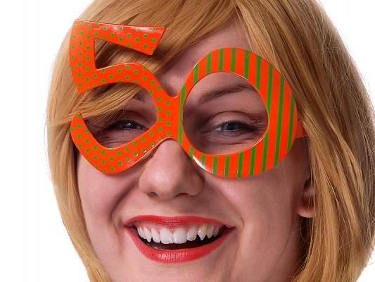 50. színes szemüveg