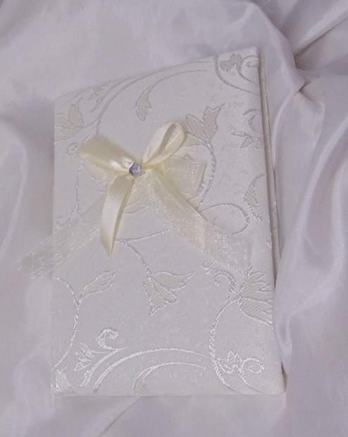 esküvői vendégkönyv A5, krém, hímzett brokát, dekorkővel (sima, 70 lapos)
