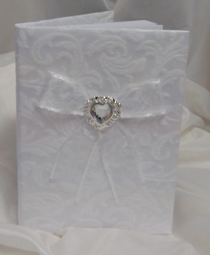 fehér, hímzett brokát esküvői vendégkönyv ezüst pillangóval