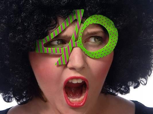 40. színes szemüveg