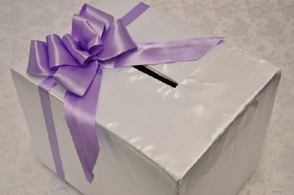 fehér selyem nászajándékgyűjtő doboz