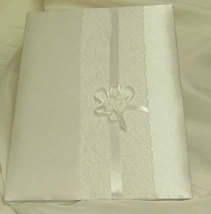 esküvői vendégkönyv fehér, szatén,  csipke díszítéssel (A/4, sima, 70 lapos)