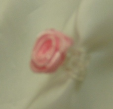 csipeszes szatén rózsafej , rózsaszín (1,5 cm)