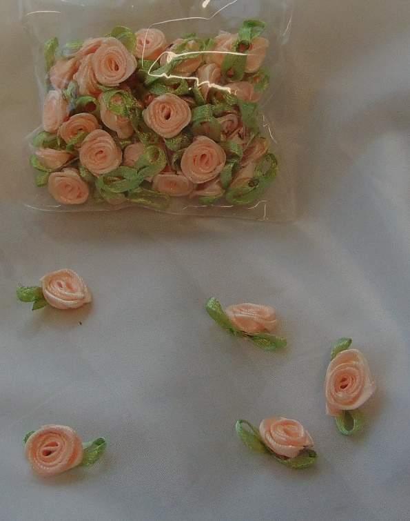 szatén rózsafej levélkével, barack (kb. 50 db)